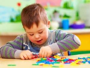 ילד עם תסמונת דאון משחק