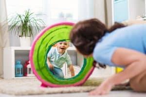 אמא משחקת עם ילד