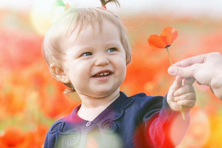 ילד מחזיק פרח